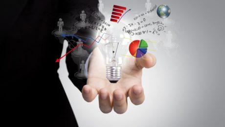 foto di una mano aperta con lampadina, figure di uomini, grafici - sistema informativo Excelsior