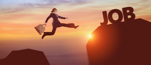 apprendimento permanente. Foto di una donna vestita da ufficio che salta da una vetta di una montagna ad un'altra vetta più alta, al tramonto.
