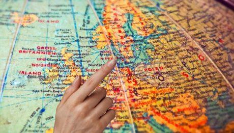 Erasmus+ garantisce lavoro. Foto di un mappamondo su cui si indica un punto.