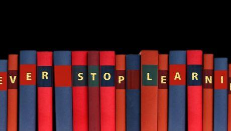 """non lasciare gli studi - immagine di libri con la scritta sul dorso """"never stop learning""""."""
