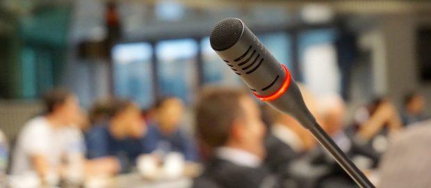 formazione dei giovani - immagine di un Convegno con focus su un microfono acceso.