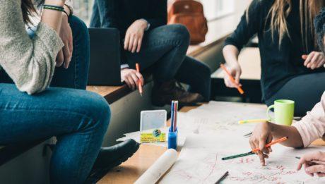 La ripartizione delle risorse per le IeFP. Immagine di studenti delle IeFP attorno a un tavolo