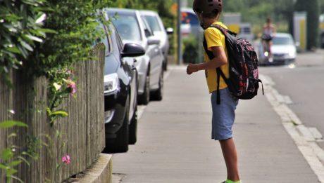La dispersione scolastica diminuisce - MIUR. Foto di un ragazzo con uno zaino di scuola che si avvia verso la scuola.