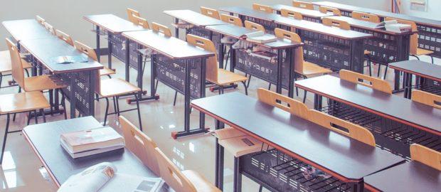 Rapporto nazionale delle prove INVALSI. Foto di un aula di scuola con i banchi vuoti.