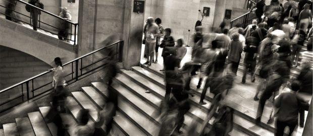 Le politiche attive nel report OCSE 2019. Immagine di persone che salgono o scendono una scalinata.
