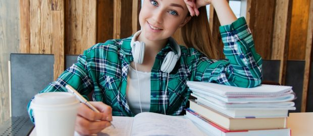 125 milioni per il Sistema Duale. Alternanza scuola lavoro. Immagine di ragazza che studia più libri.