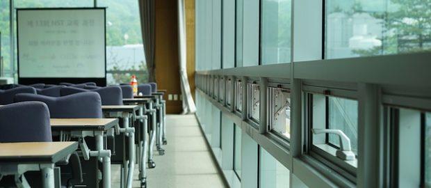 ITS. Immagine di un'aula con finestre e vetrate