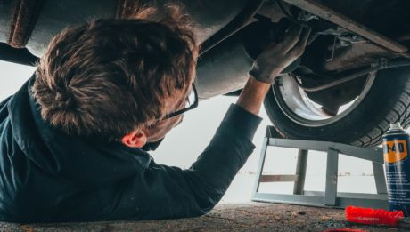 carrozziere che ripara automobile