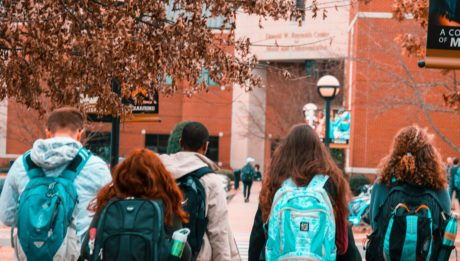 studenti con zaini