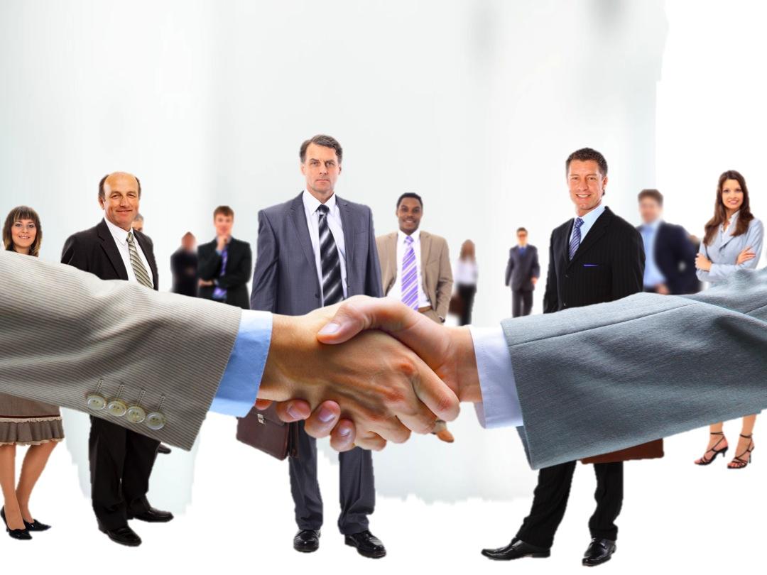 immagine di due uomini che si stringono la mano