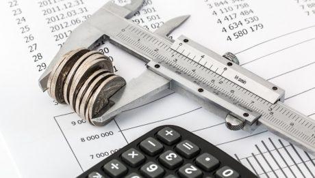 Inps chiarisce le nuove modifiche al Reddito di Cittadinanza. Foto di calcolatrice e conti da far quadrare.