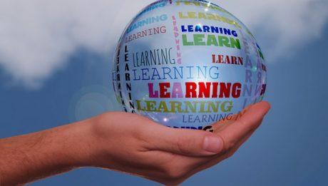 Centri apprendimento permanente. Immagine con mano e sfera
